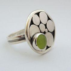 Inel din argint cu piatra sintetica cat-eye Piesa unicat Dimensiuni: partea superioara a inelului are un diametru de ~ 1,8 cm
