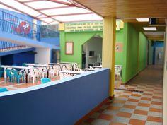 Zona central y corredor que lleva a los salones, basados en el diseño típico de las casas del municipio