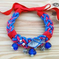 """Collar  """"Fish&chic"""" azulón y rojo. Exclusivo, hecho a mano"""
