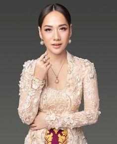 Model Dress Kebaya, Kebaya Modern Dress, Vera Kebaya, Batik Kebaya, Javanese Wedding, Indonesian Wedding, Traditional Fashion, Traditional Dresses, Kebaya Kutu Baru Modern