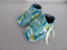 chaussons 3/6 mois en coton bleu avec des scooter verts par Fee Home