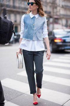Diese Variante bietet viele Styling-Möglichkeiten und lässt sich auch hervorragend über Blusen tragen, wie dieser Streetstyle von der Pariser Fashion Week zeigt. Hier gibt es alle Infos zur Jeans:Der ultimative Jeans-Guide