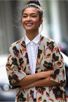 Kimono jackets seem to be a thing right now. Long, short, wrapped, open - several designers are re-creating the traditional garment with African Prints. jacket It's a Thing: The Kimono Jacket Look Kimono, Kimono Jacket, Kimono Style Dress, Kimono Outfit, Looks Street Style, Looks Style, Queer Fashion, Look Fashion, Fashion Women