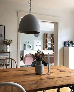 """Holztisch aus alten Dielen im Esszimmer, im Hintergrund ein """"D"""" von einem alten Logo"""