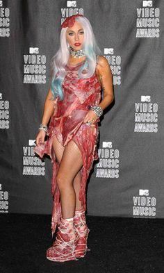 Lady Gaga en los MTV 2010 Lady Gaga, la reina de los atuendos locos. Ella definitivamente sabe cómo hacer una declaración. ¿Piensas que puedes impactar a alguien con un vestido transparente? ¿O un vestido hecho de cristales swarovski? ¿Qué tal si te pones las pilas? Trata de usar un vestido hecho de carne cruda. No sólo eso, sino que completa el atuendo con un filete como sombrero y zapatos hechos de carne.