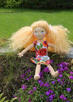 Panenka zahradnice je ručně šitá panenka plněná ovčí vlnou. Blondýnka s mohérovými vlásky s barevných šatečkách má i ouška a náušnice. Tinkerbell, Dolls, Christmas Ornaments, Disney Princess, Holiday Decor, Disney Characters, Baby Dolls, Puppet, Christmas Jewelry