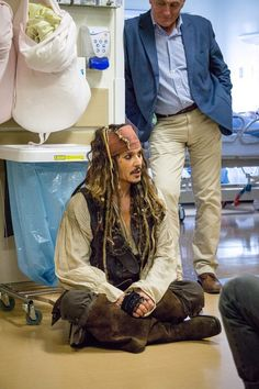 At a children's hospital with his bodyguard behind him fondly smiling from the joy he brings everyone. Johnny Depp Meme, Young Johnny Depp, Johnny Depp Movies, Hollywood Men, Hollywood Celebrities, Childrens Hospital, Pirates Of The Caribbean, Tim Burton, My Guy