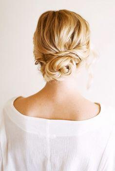 Szukasz idealnej fryzury na swój ślub? Niski kok, zwany hiszpańskim, to wprost idealna fryzura ślubna. To klasyczne i bardzo eleganckie upięcie na dzień ślubu. Tym fryzurom bardzo łatwo dodać romantycznego charakteru. Kwiat czy elegancki grzebień to kobiecy akcent, który doda pannie młodej pożądanego uroku!