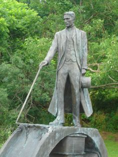 Tesla monument at Niagara Falls. Unusual to see him full figure, interesting to wonder how much of this stance/style is him and how much is the nature of a monument....