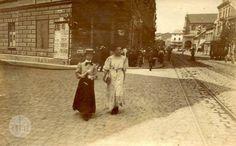 Zwykły dzień na rogu Krupniczej i Karmelickiej w 1900 r. Studentki (sufrażystki? :P) podążają na uczelnię. Za nimi widzimy sklep kolonialny Gustawa Goldsteina wraz z bufetem i salą restauracyjną. Ponoć młodzież akademicka często wpadała tu na szklankę piwa. I teraz mam pytanie do znawców obyczajów, czy tylko pleć męska, czy kobiety/dziewczyny też mogły skorzystać z tego miejsca