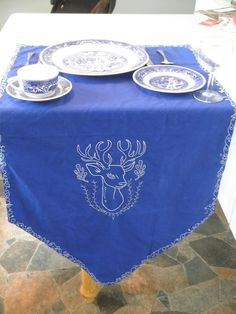 Head table banner placemats | Offbeat Bride