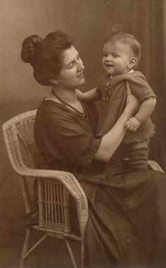Mutter und Kind um 1910
