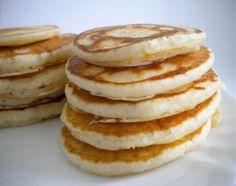 - 500 g di farina - 1 l di latte di soia - 10 cucchiai di olio extravergine d'oliva - 5 cucchiai di sciroppo d'acero - 10 cucchiaini di lievito in polvere - un pizzico di sale  La preparazione è davvero semplicissima: basta mescolare tutti gli ingredienti fino a quando non ci saranno più grumi. Una volta pronto il composto occorre riscaldare una padella antiaderente e procedere con la cottura dei pancakes . Tempo di cottura 2 minuti.
