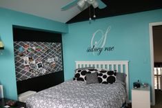 I love this room! The colors, the memory board and the name above the bed. Amamzing for a teenagers room.