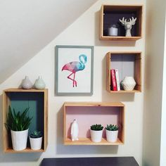étagères réalisées avec des caisses en bois, DIY wall , home Diy Wand, Diy Wall Art, Wall Decor, Handmade Crafts, Diy And Crafts, Mur Diy, Wall Boxes, Diy Home Decor, Sweet Home