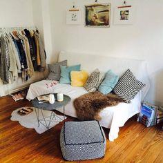 Kunterbuntes Sofa, offener Kleiderschrank, toller Beistelltisch mit Steinplatte. Kreative und günstige Idee für Bilder: Aufhängen mit einem Kleiderbügel. #WGZimmer #Einrichtungsideen #BilderAufhängen