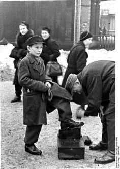 1947-Viele Halbwuechsige koennen es sich heute leisten,sich fuer 2 bis 3 Mark die Stiefel putzen zu lassen.