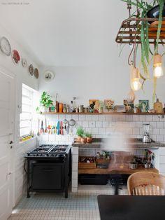 Azulejos brancos com rejunte cinza  provam que até mesmo um revestimento simples pode transformar a sua cozinha. Industrial Style Kitchen, Loft Kitchen, Home Decor Kitchen, Kitchen Interior, Sweet Home, Interior Design Living Room, Decoration, Future, Live