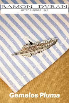 Gemelos para camisa realizados en Plata de Ley con forma de Pluma de ave con un tamaño aproximado de 19 mm.  Un regalo elegante y sencillo. Si te gusta el mundo de las aves o de la escritura antigua aquí tienes tu regalo, detalles especiales para bodas, comuniones...  Te damos la opción de pedirlos con baño de rodio, este baño permite que la plata no oxide con el aire y así evitar que por el no uso se pongan negros.  Esta joya se entrega con estuche y si lo deseas envuelto para regalo. Tie Clip, Cufflinks, Accessories, Fashion, Shape, World, Jewel Box, Sterling Silver, Simple