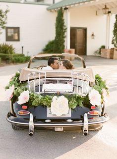 paper flower car decor http://weddingwonderland.it/2015/06/fiori-di-carta-matrimonio.html