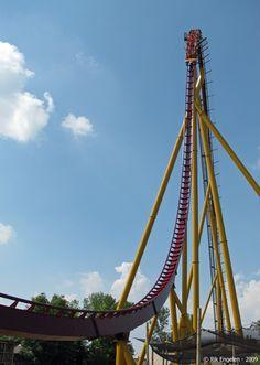 Diamondback - Kings Island - a Bolliger-Mabillard hypercoaster Best Roller Coasters, Kings Island, Amusement Park Rides, Cedar Point, Coney Island, My Ride, Vacation Spots, Summer Fun, Abandoned Cities