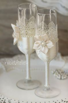 Lace Flower Toasting Flutes Champagne Glasses Off-White Wedding Wine Glasses, Diy Wine Glasses, Decorated Wine Glasses, Wedding Champagne Flutes, Painted Wine Glasses, Champagne Glasses, Wedding Crafts, Wedding Decorations, Lace Candles