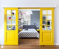 52m2 na warszawskim Muranowie - Sypialnia, styl nowoczesny - zdjęcie od Pracownia Wielkie Rzeczy bedroom ideas | big doors | yellow | industrial