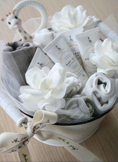 LovedOneDesign: Vauvalahja, jonka koristeena valkoiset ruusut. Linkin ruusujen tekoon löydät blogista!