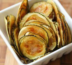 Scaldare il forno a circa 110°. Affettare le zucchine a rondelle sottili - meglio se con la mandolina - e condirle in una ciotola con olio e sale. Cuocere in forno per 45 minuti girando ogni tanto.