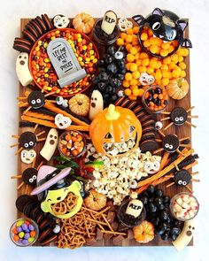Create at Spooky Snack Board for Halloween that is sure to get all the ghosts and goblins excited! This sweet and salty snack board has something for everyone and is sure to be a Halloween hit! Halloween Snacks, Halloween Oreos, Halloween 2020, Halloween Celebration, Holidays Halloween, Fall Halloween, Happy Halloween, Halloween Decorations, Halloween Recipe