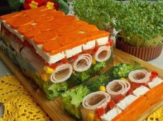 Galaretka z kurczakiem i szynką Gross Food, Weird Food, Easter Recipes, Holiday Recipes, Menu Simple, Food Garnishes, Cooking Recipes, Healthy Recipes, Food Platters
