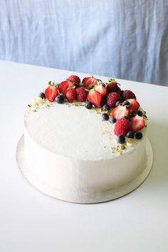 Pienet herkkusuut: Kauniit kermakakut + arvonnan voittaja Angel Cake, Angel Food Cake, Berry Cake, British Baking, Fancy Desserts, Cheesecake Decoration, Cake Tins, Sweet Cakes, Yummy Cakes