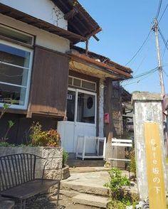 鎌倉にきたなら、そこならではの雰囲気や料理を楽しみたいですよね!そこで今回はデートでも使えるおしゃれな古民家カフェを紹介します。鎌倉の雰囲気を楽しむなら落ち着いた味わいのある古民家カフェがよさそうです♩ Cofee Shop, Japanese Apartment, Scenery, Cabin, House Styles, Outdoor Decor, Beautiful, Apartments, Home Decor