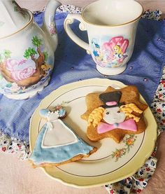 It's always tea time!! We're not much for tea to be honest, but this is one tea party we could not decline!  Thank you so much @lolabiglione for sharing your beautiful Alice tea set and your Alice and Mad Hatter cookies with us