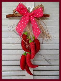 ## Pendurico de pimentas ## by Gabriola Costurinha, via Flickr SOLO MODELO. F Wreath Crafts, Diy Wreath, Felt Crafts, Diy And Crafts, Crafts For Kids, Diy Home Decor Projects, Projects To Try, Quilting Projects, Sewing Projects