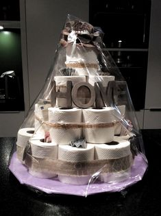 Make cake from toilet paper itself - cake with a difference .- Torte aus Toilettenpapier selber machen – Torte mal anders gestalten creative way to decorate your home decor and accessories - Craft Gifts, Diy Gifts, Don D'argent, Housewarming Gift Baskets, Housewarming Gift Ideas First Home, Diy Presents, New Home Gifts, Bridal Shower Gifts, Creative Gifts