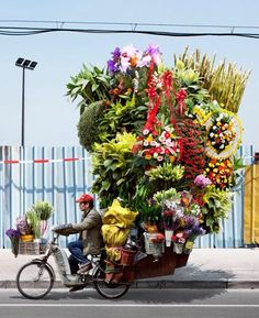 A flower delivery guy in China. China has replaced the US as the world's largest e-commerce market. People Around The World, Around The Worlds, French Photographers, Flower Delivery, Belle Photo, Vietnam, Transportation, Floral Wreath, The Incredibles
