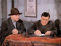 Miseria e Nobiltà: TOTÒ - Una lettera? CAFONE- Una lettera de carta, sa... TOTÒ - E perché, le lettere si scrivono di porcellana? CAFONE- Eh, non si può sape'... TOTÒ - Dunque. Lei è ignorante? CAFONE -Io? Si. TOTÒ - Bravo, bravo. Viva l'ignoranza! Tutti così dovrebbero essere... CAFONE -Eh... TOTÒ - E se ha dei figliuoli, non li mandi a scuola, per carità!