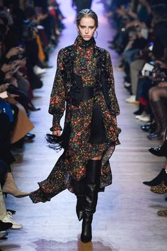 The complete Elie Saab Fall 2018 Ready-to-Wear fashion show now on Vogue Runway ♦๏~✿✿✿~☼๏♥๏花✨✿写☆☀🌸🌿🎄🎄🎄❁~⊱✿ღ~❥༺♡༻🌺SA Dec ♥⛩⚘☮️ ❋ Elie Saab Couture, Couture Mode, Style Couture, Couture Fashion, Runway Fashion, Boho Fashion, High Fashion, Autumn Fashion, Fashion Design
