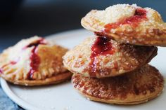 Fall Dessert: Pear and Cranberry Hand Pies Recipe. Pears and cranberries are some of fall's best fruits and are tasty in this delicious dessert! Thanksgiving Desserts, Fall Desserts, Thanksgiving Ideas, Vegetarian Thanksgiving, Hand Pies, Pie Recipes, Dessert Recipes, Dessert Tarts, Chili Recipes