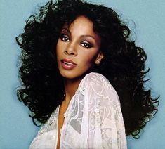 Donna Summer (Boston, Massachusetts, 1948-12-31 - Florida, 2012-05-17). Abeslaria eta disko musikaren erregina.