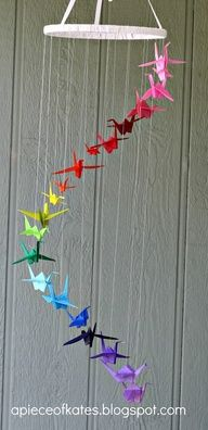 This origami crane rainbow mobile is sure to brighten up your room and test your dexterity :) (via Sugar Bee Crafts) - peace cranes Origami Arco Iris, Rainbow Origami, Rainbow Paper, Mobil Origami, Origami Art, Origami Cranes, Origami Dragon, Hanging Origami, Oragami