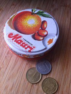 Caja de caramelos y pesetas