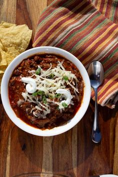 This smoked brisket chili is loaded with smoky beef, a medley of chiles, onion, and beans, smothered in a silky tomato chili sauce. A great crock-pot recipe! Brisket Chili, Smoked Beef Brisket, Beef Ribs, Brisket Meat, Spinach Recipes, Veggie Recipes, Leftover Brisket, Crock Pot Meatballs, Pot Recipe