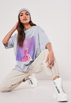 Missguided has the fiercest collection of affordable, coveted tops in the fashion universe. From crop tops & camis to shirts & bodysuits - just take a look! Fashion Poses, Dope Fashion, Fashion Outfits, Blusas Oversized, Oversized Shirt, Creative Fashion Photography, Fashion Photography Inspiration, Baggy Tshirt, T Shirt