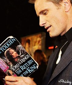 """Have a pic of Viggo Mortensen reading """"The Return of the King"""" on Tolkien Reading Day! :D"""
