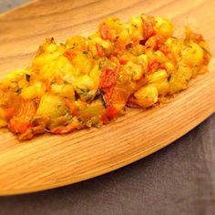 みじん切りの玉ねぎをフライパン(オリーブオイルをひく)で炒める。焼いて皮をむき、細かく刻んだなす、小さめに切ったトマトを投入。水分がなくなるまで炒めたら、塩とレモン汁、ハーブ(今回はオレガノとパセリ)を加えて風味づけ。 - 14件のもぐもぐ - モロッコ風なすのホットサラダ by Myusya