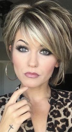 Trending Hairstyles 2019 - Short Layered Hairstyles Hair and Makeup products Short hair with layers Balayage hair Hair color balayage Hair Color Balayage, Hair Highlights, Short Balayage, Platinum Highlights, Ombre Hair, Blonde Highlights On Dark Hair Short, Haircolor, Blonde Honey, Chunky Highlights
