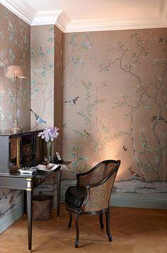 Continuando nossa série de ambientes com papel de parede chinoiserie, hoje fizemos uma seleção de home office com a arte nas paredes. Delicada, a chinoiser