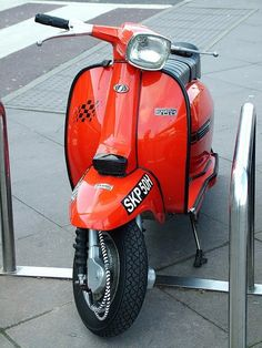 fire-engine Piaggio Scooter, Mod Scooter, Vespa Lambretta, Scooter Girl, Motor Scooters, Vespa Scooters, Cycle Chic, Fire Engine, Amazing Cars